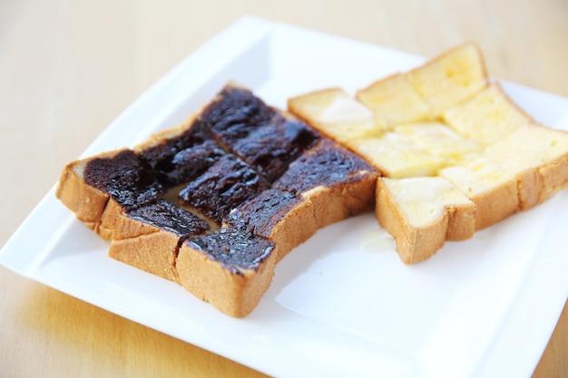 Chleb z grilla z czekoladą i mlekiem na tle drewna