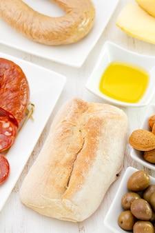 Chleb z kiełbaskami, oliwą z oliwek i oliwkami
