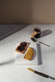 Chleb z konfiturą jagodową i pastą z orzeszków ziemnych