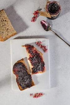 Chleb z konfiturą jagodową na śniadanie