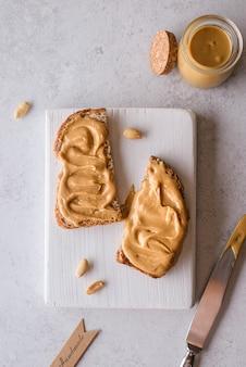 Chleb z masłem orzechowym