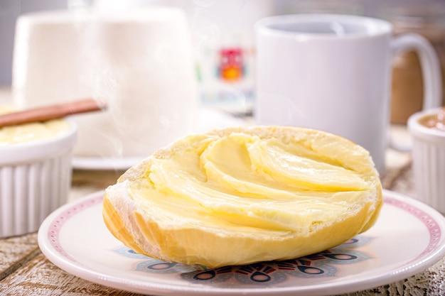 Chleb z masłem, solone podudzia brazylijskie z masłem podawane z kawą