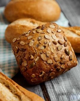 Chleb z pestkami dyni na stole