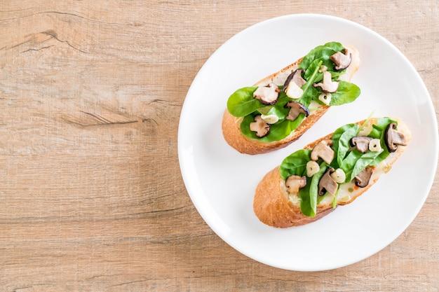 Chleb z rukolą i grzybami shiitake