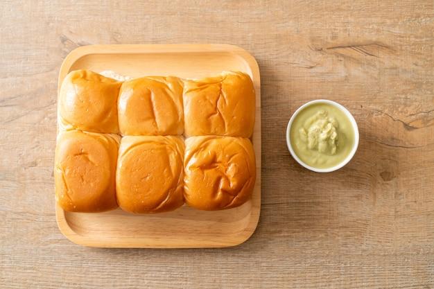 Chleb z tajlandzkim pandan custard na talerzu