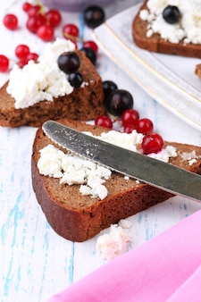 Chleb z twarogiem i jagodami na talerzu