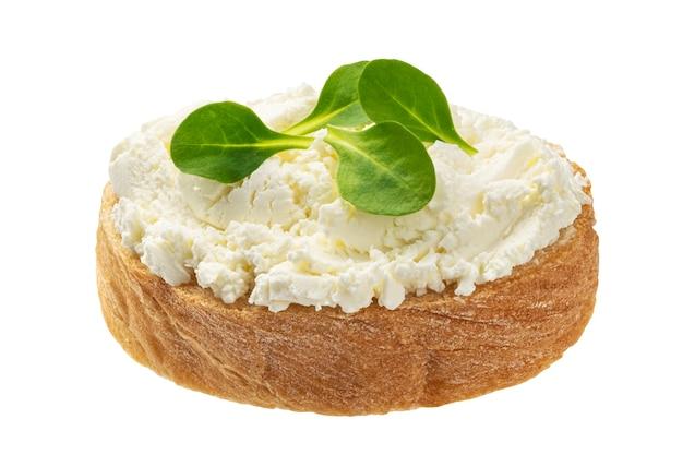 Chleb z twarogiem na białym tle