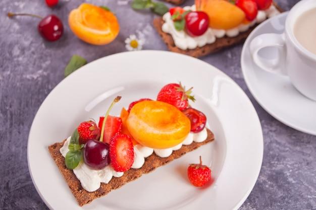 Chleb z twarogiem, owocami i jagodami