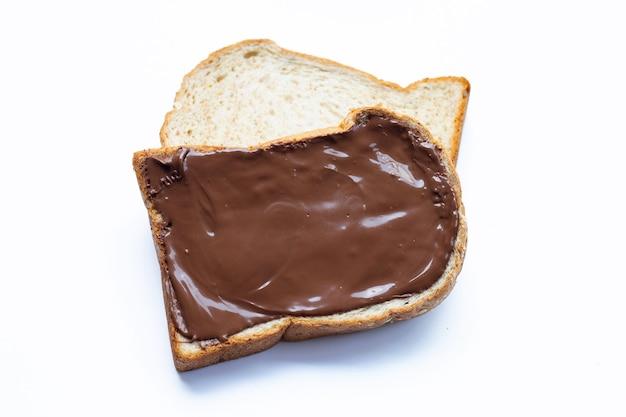 Chleb ze słodką czekoladą na białym tle.