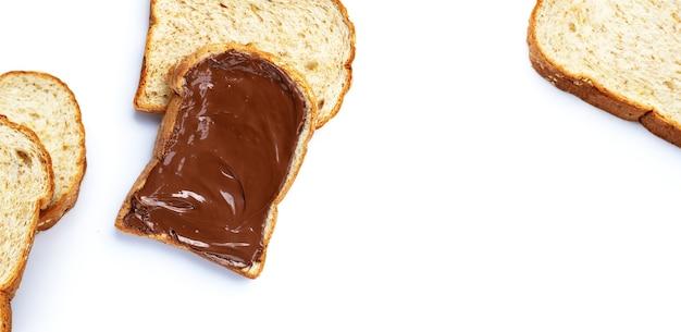 Chleb ze słodką czekoladą orzech laskowy na białym tle.