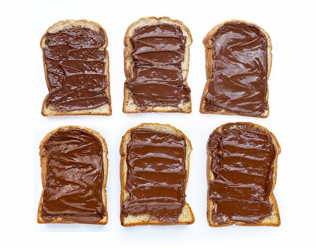 Chleb ze słodkim kremem czekoladowym i orzechami laskowymi na białym