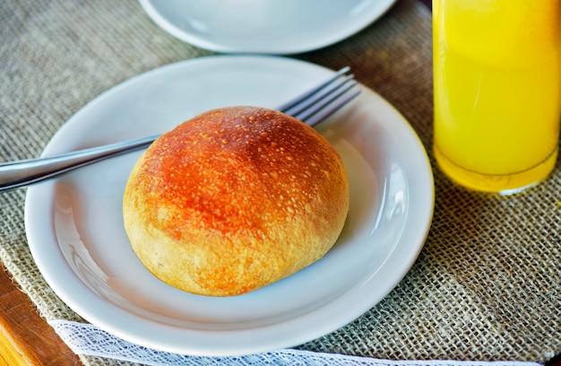 Chleb ziemniaczany na stole ustawiony na śniadanie