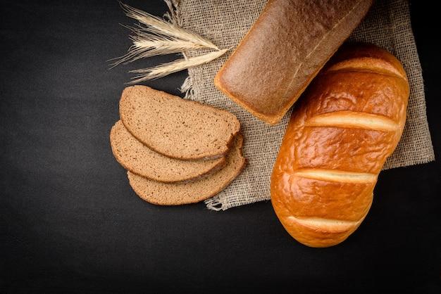 Chleb żytni i bochenek na stole