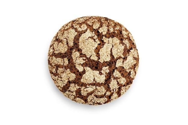 Chleb żytni na białym tle. widok z góry.