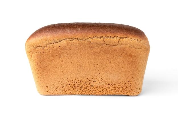 Chleb żytni na białym tle.
