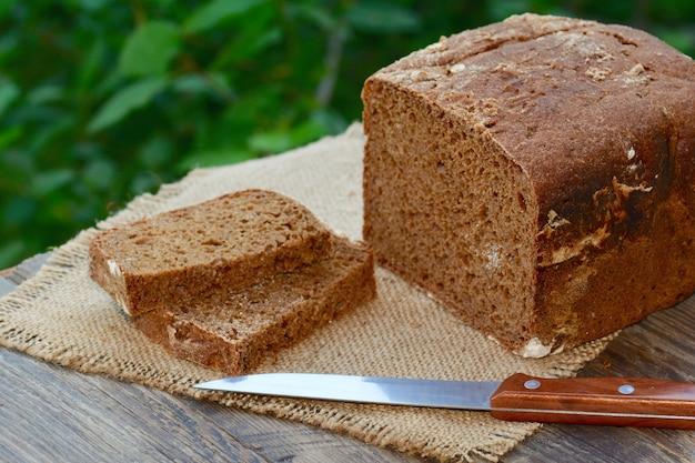 Chleb żytni na drewnianym stole