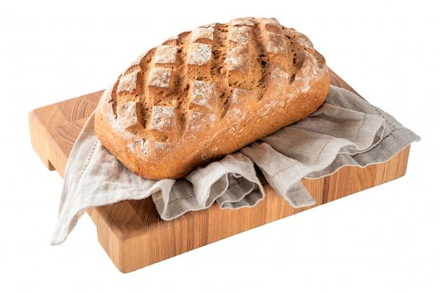 Chleb żytni na ręcznik kuchenny na białym tle na powierzchni