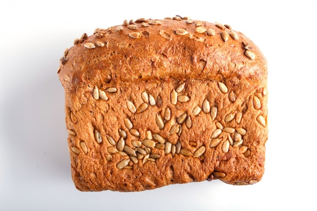 Chleb żytni z nasion słonecznika na białym tle