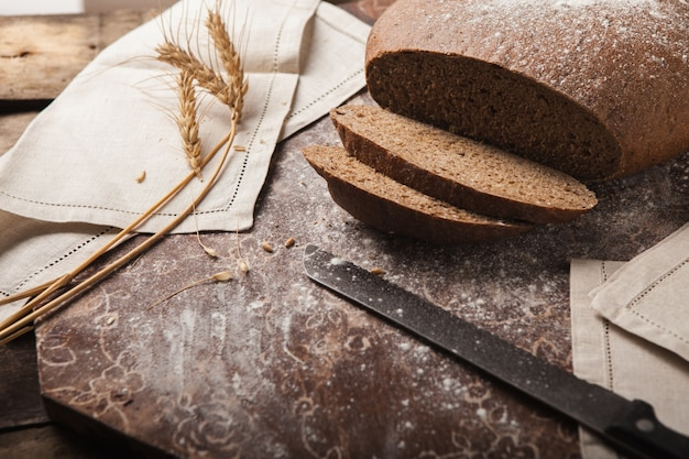 Chlebowi żyto spikelets na drewnianym tle