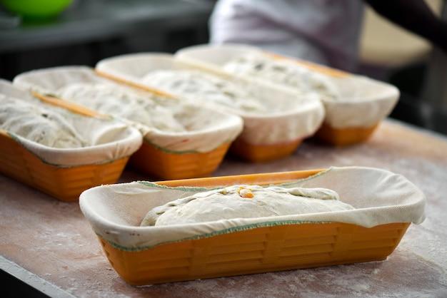 Chleby ekologiczne w formie gotowej do pieczenia