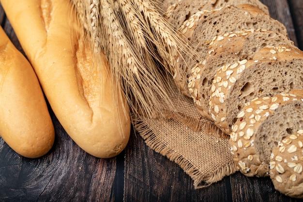 Chleby i trawa pszeniczna na worku