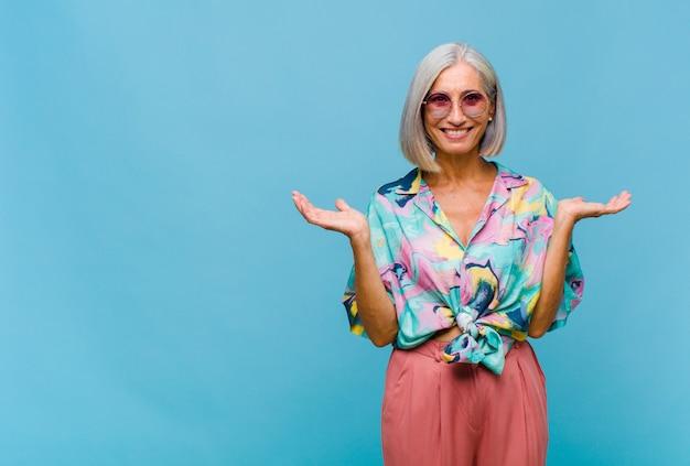 Chłodna kobieta w średnim wieku czująca się zdziwiona i zdezorientowana, wątpiąca, ważąca lub wybierając różne opcje z zabawnym wyrazem twarzy