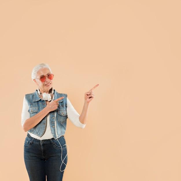 Chłodna starsza kobieta z okularami przeciwsłonecznymi
