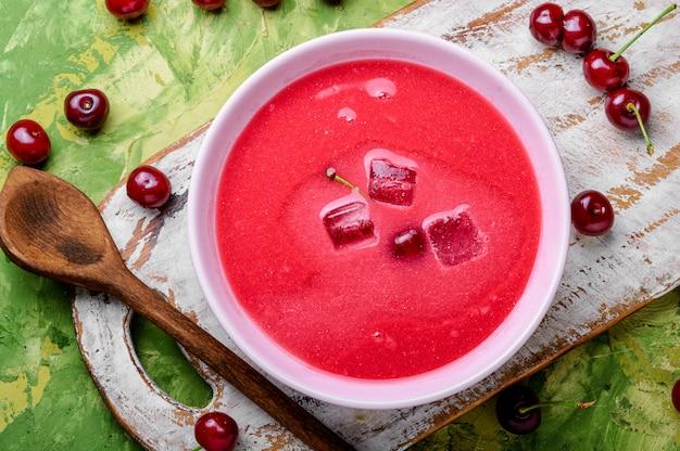 Chłodna zupa wiśniowa