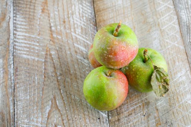 Chłodne jabłka na drewnie. wysoki kąt widzenia.