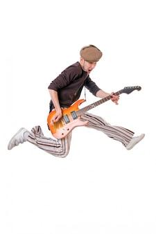 Chłodny gitarzysta na białym