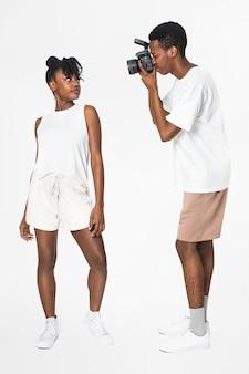 Chłopak fotograf robi zdjęcia swojej dziewczynie