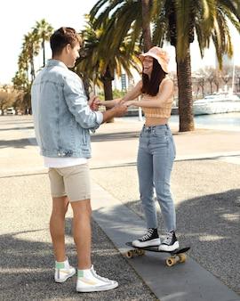 Chłopak i dziewczyna dobrze się bawią