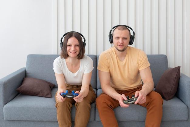 Chłopak i dziewczyna grają w gry wideo