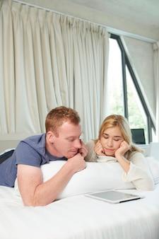 Chłopak i dziewczyna oglądają zabawny program