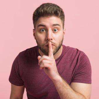 Chłopak mówi, żeby być cicho