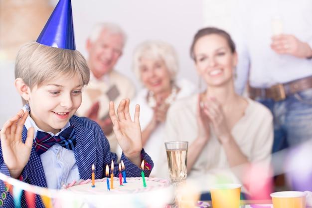 Chłopak składa życzenia urodzinowe