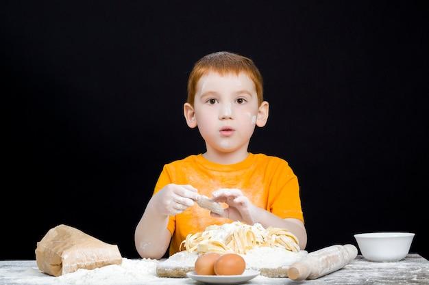 Chłopak w kuchni