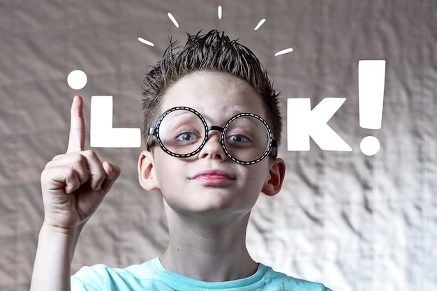Chłopak w okrągłych okularach i lekkiej koszulce i wyglądzie napisu
