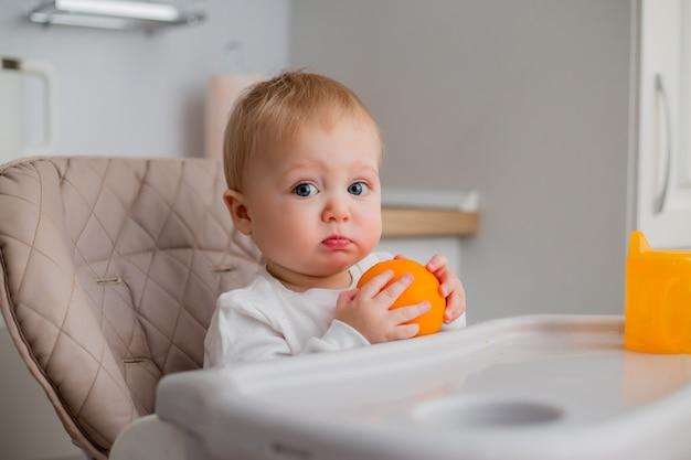 Chłopca siedzącego na krześle dziecka w kuchni
