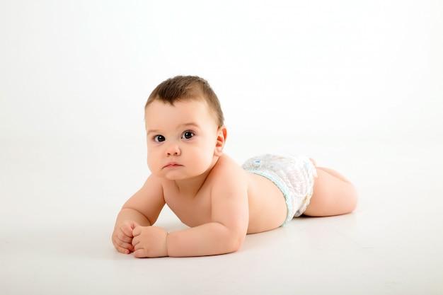 Chłopca w pieluchach na białej ścianie
