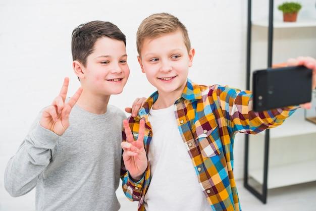 Chłopcy biorący selfie
