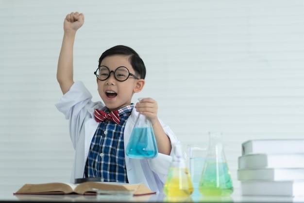 Chłopcy cieszą się nauką i edukacją.