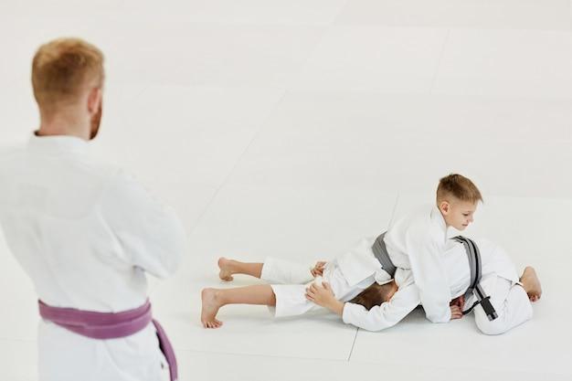 Chłopcy ćwiczący techniki