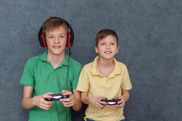 Chłopcy grający razem w gry wideo