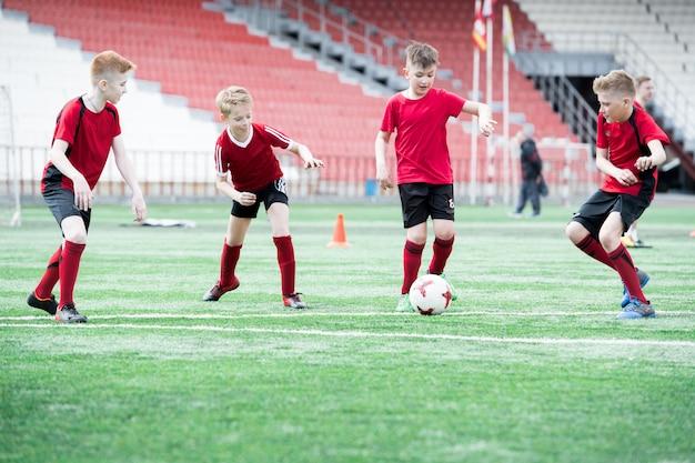 Chłopcy grający w piłkę nożną na treningu