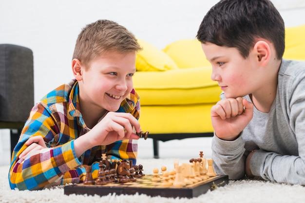 Chłopcy grający w szachy
