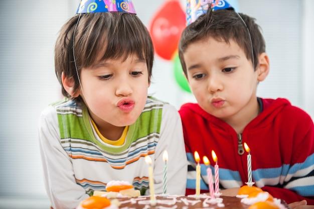Chłopcy i dziewczęta cieszą się przyjęciem urodzinowym