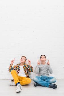 Chłopcy prezentujący copyspace