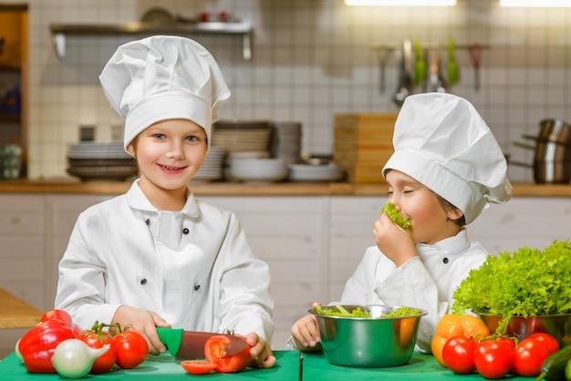 Chłopcy śmieszne szczęśliwy szef kuchni gotowanie w kuchni restauracji