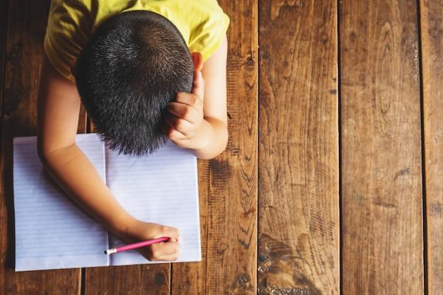 Chłopcy stresują się nauką.